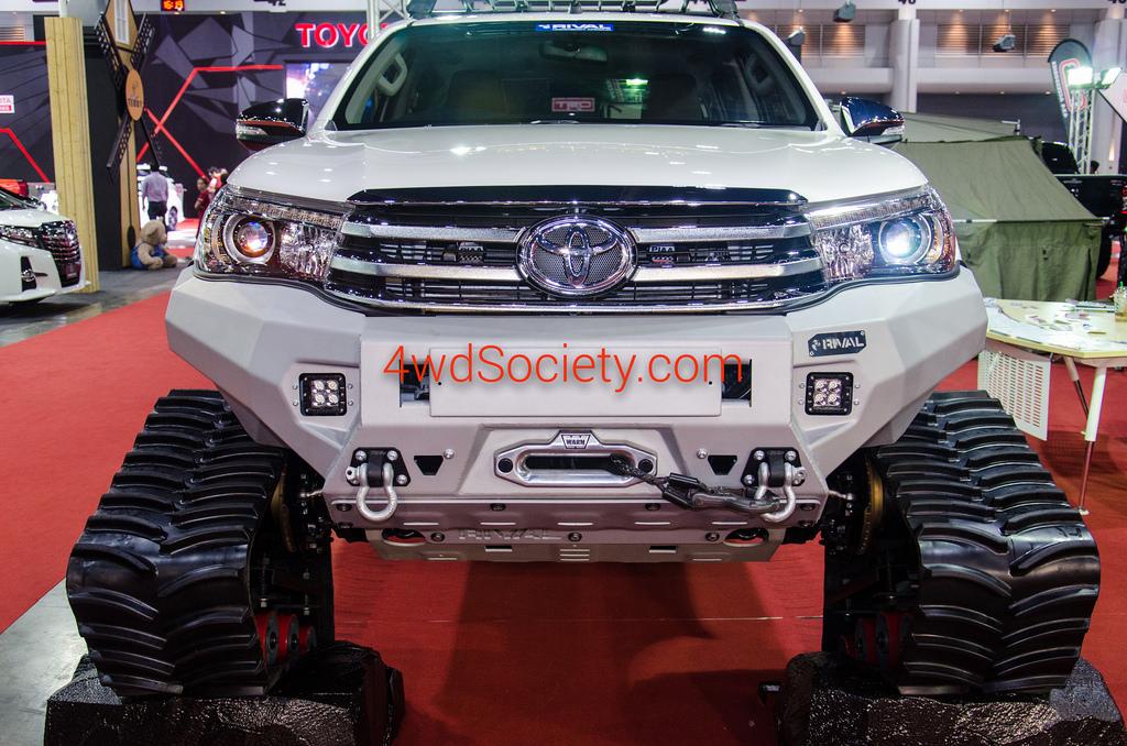 Toyota Hilux Revo 4WD กับชุดล้อตีนตะขาบ พร้อมตะลุยทุกสภาพถนน
